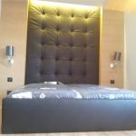 Łóżko sypialniane pod wymiar z pojemnikami na pościel